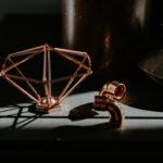 Oggetti geometrici di ferro e rame